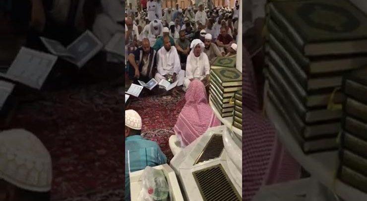 معتمر مصري يبهر المصليين داخل المسجد النبوي