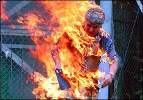 أخ يحرق شقيقه حيًا