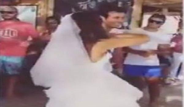 عريس يجبر زوجته على خلع فستانها